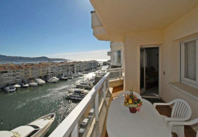 AMPURIABRAVA: Precioso apartamento con vistas al mar
